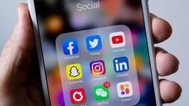 Foreldre sjekker barnas mobil