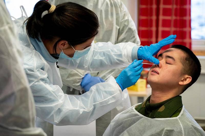 Bildet viser en person som blir testet for korona-viruset.