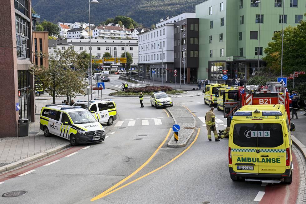 Væpnet politi har rykket ut til et Nav-kontor på Danmarksplass i Bergen. Foto: Marit Hommedal / NTB