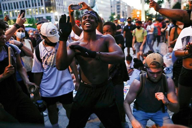 Demonstranter danser under demonstrasjonen i nærheten av Det hvite hus i Washington lørdag. Foto: Jacquelyn Martin / AP / NTB scanpix