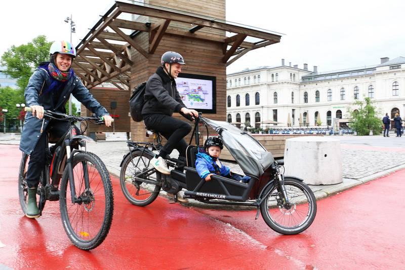 Bildet viser Tine Eide og Hans Kristen Hyrve som sykler med datteren Eira på ett og et halvt år.