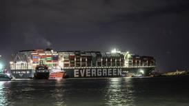 Skipet i Suezkanalen har løsnet litt