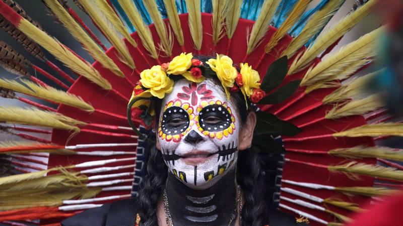 Bildet viser en kvinne som har malt ansiktet i anledning De dødes dag.