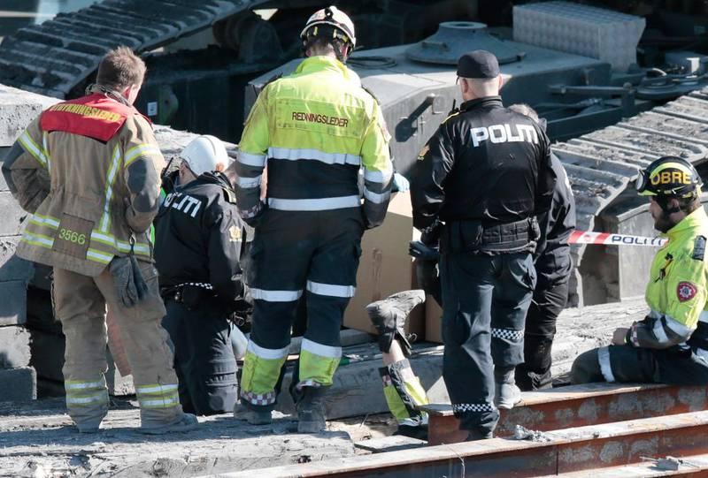 Bildet viser politi og brannvesen. De jobber på stedet der mannen ble funnet død.