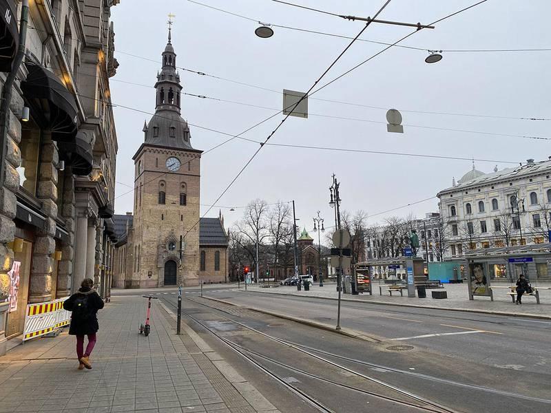 Bildet viser Stortoget i Oslo sentrum. Det var nesten ingen i Oslo sentrum fredag morgen. På denne tiden av døgnet kryr det normalt av folk.