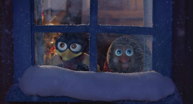 Bildet er av de to dukkefigurene Solan og Ludvig fra Flåklypa. De ser ut av et vindu. Det er snø på vinduskarmen.
