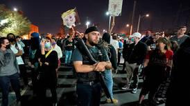 Folk demonstrerer i flere amerikanske byer