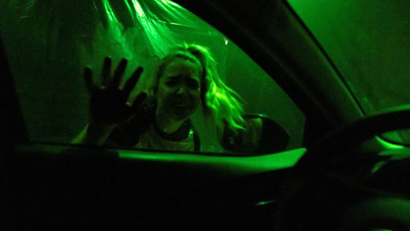 Bildet viser en dame som slår på en bilrute under et show i Las Vegas.