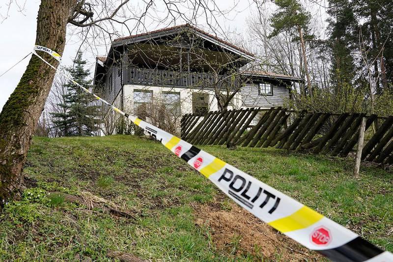 Bildet viser huset til Tom Hagen med sperrebånd foran. Tom Hagen er siktet for drapet på kona Anne-Elisabeth Hagen. Tirsdag hadde politiet sperret av parets eiendom. …