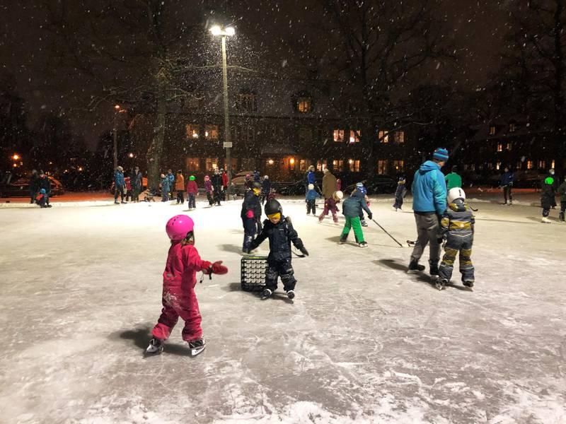 SKØYTER: Det er lagt skøyteis på flere av Oslos fotball-baner i vinter.