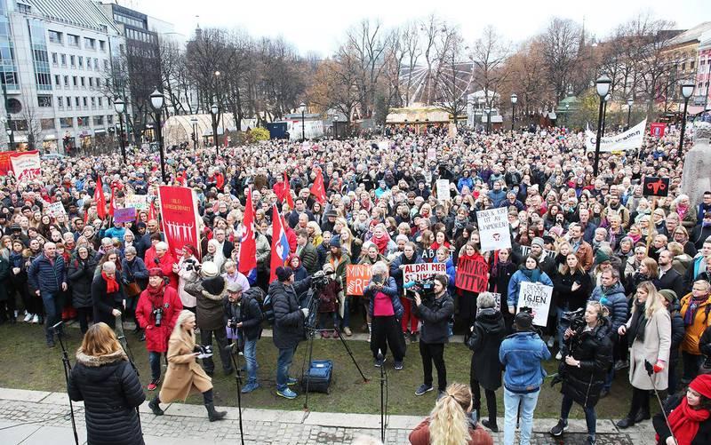 Bildet viser tusenvis som demonstrerer på Eidsvoll plass i Oslo.