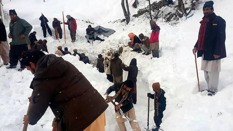 Bildet viser folk i Kashmir som graver etter mulige offer i snøen.