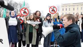 Her demonstrerer de mot regjeringen