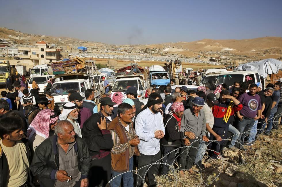 En gruppe syriske flyktninger gjør seg klar til å krysse grensen fra Libanon ved grensebyen Arsal i juni 2018. Amnesty sier mange som vender hjem, blir fengslet, torturert og seksuelt misbrukt. Arkivfoto: Bilal Hussein / AP / NTB
