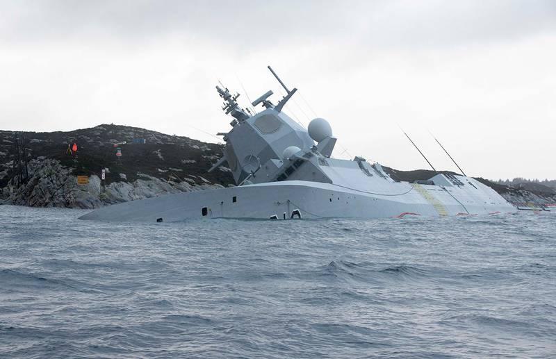 Bildet viser fregatten Helge Ingstad som ligger på siden i Øygarden i Hordaland. De forsøkte å redde fregatten etter at den krasjet med et tankskip. Men vaiere røk og skipet sank.