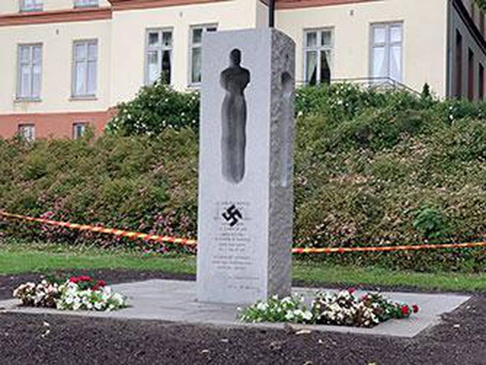 Bildet viser et minnesmerke etter 22. juli i Tønsberg. Det har et hakekors sprayet på seg.