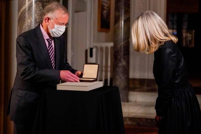 Bildet er av Annika Rembe som er til høyre i bildet. Til venstre er Charles M. Rice. Han får Nobel-pris i medisin i 2020.