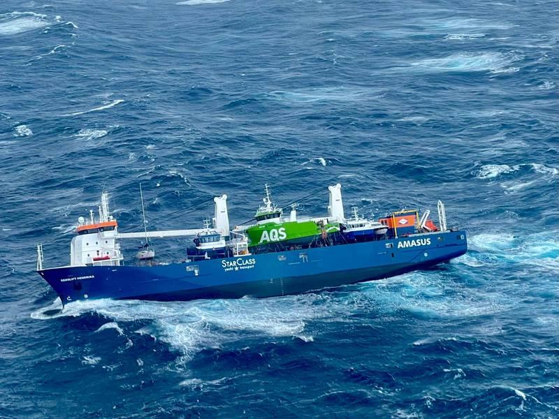 Bildet viser skipet Eemslift Hendrika som ligger med slagside i Norskehavet