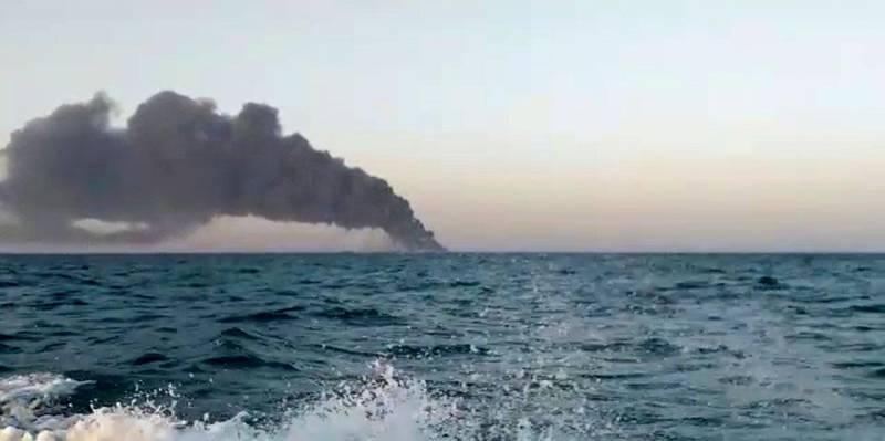 Bildet viser tykk røyk som stiger opp fra skipet Kharg.