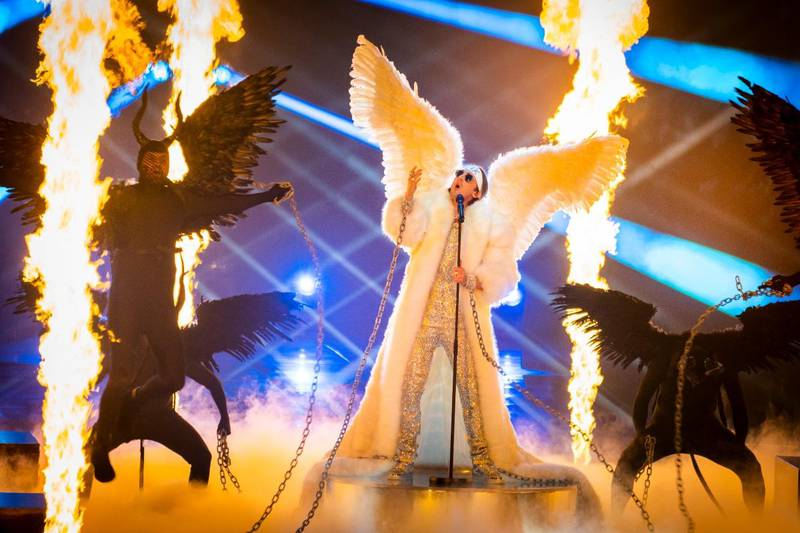 Bildet viser Tix på scena i Eurovision.