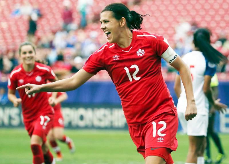 Bildet viser fotballspiller Christine Sinclair på banen.