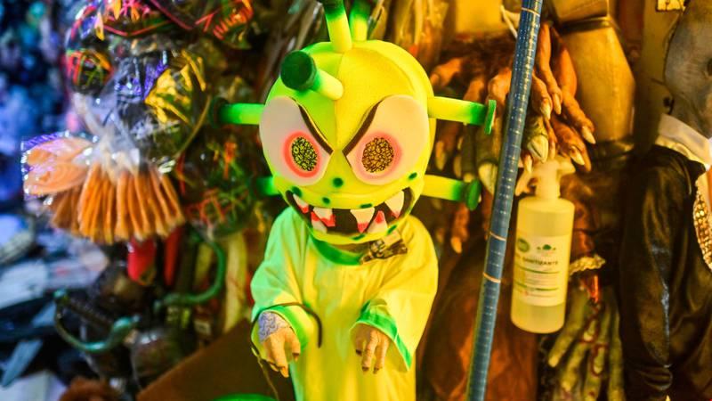 Bildet viser et kostyme som skal forestille koronaviruset.