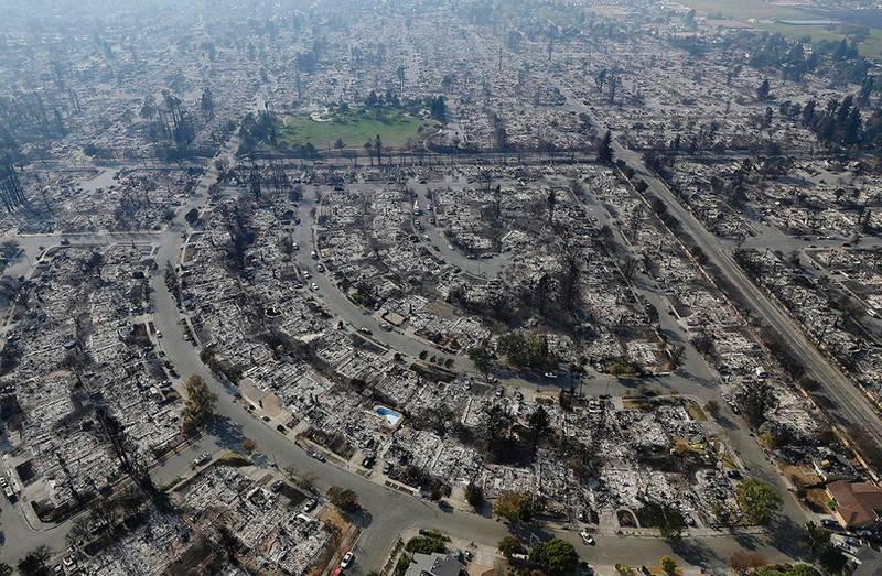 Bildet viser et boligområde i Santa Rosa i California. Det er brent helt ned av skogbrann.