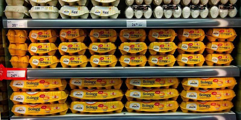 Bildet viser flere hyller av pakker med egg i en butikk.
