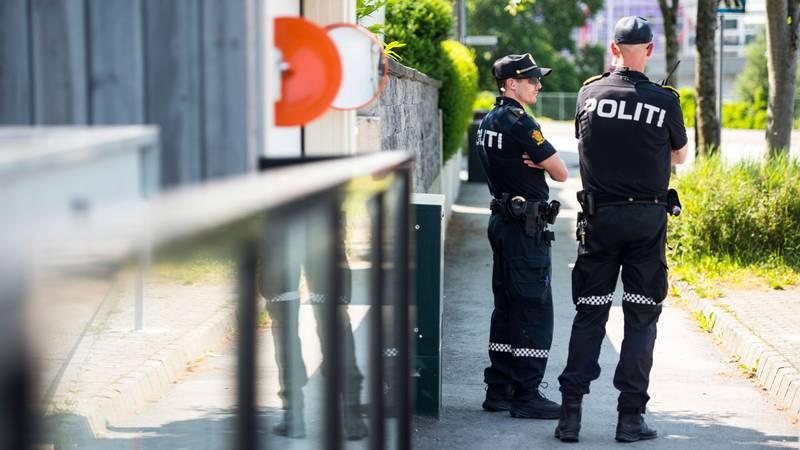 Bildet viser to politifolk utenfor stedet der en kvinne og en mann ble drept. Det skjedde i Stavanger.