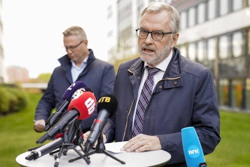Bildet er av PST-sjef Hans Sverre Sjøvold som holder pressekonferanse om drapene på Kongsberg. I bakgrunnen er seksjonsleder Arne Kristian Haugstøl. Foto: Torstein Bøe / NTB