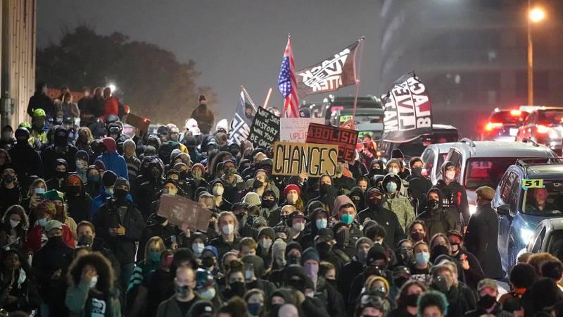 Bildet viser mange mennesker som protesterer i Washington.
