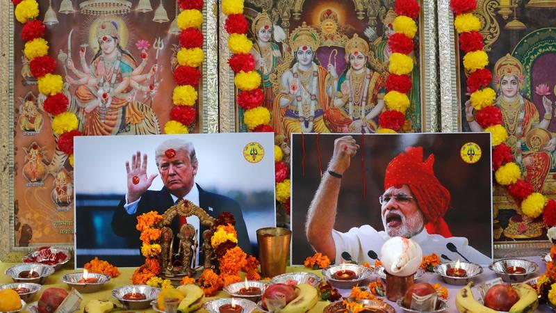 Bildet viser bilder av Trump og Modi. Bildene hører til en bønn i New Dehli.