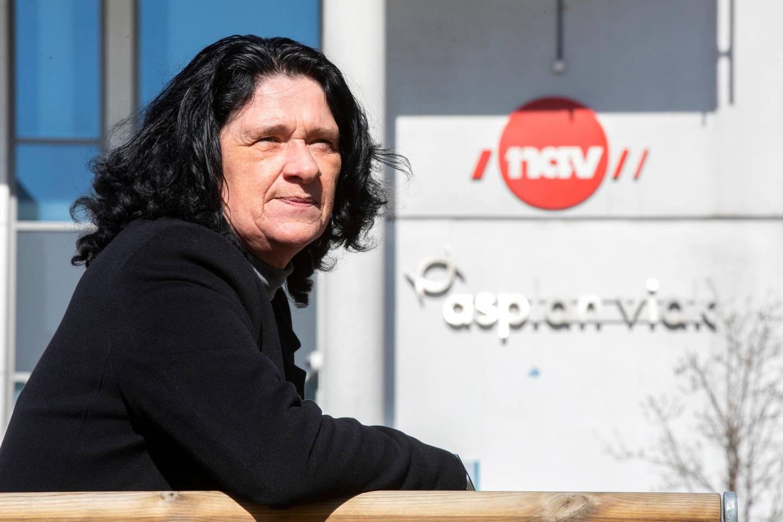 Bildet er av Marianne Evensen. Hun sitter utenfor et Nav-kontor.