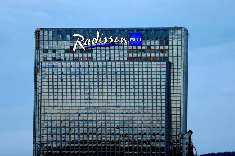Bildet er av fasaden på hotellet Oslo Plaza. Den har store glassvinduer hele veien fra topp til bunn.