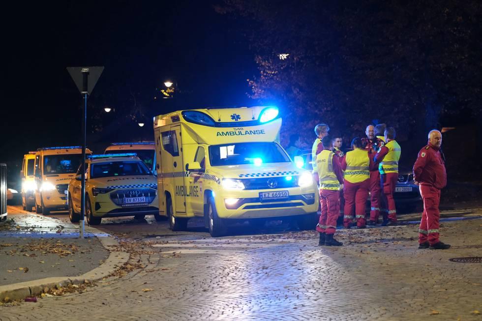 Flere ambulanser rykket ut til Kongsberg onsdag kveld. Foto: Joakim Fjeldli / NTB