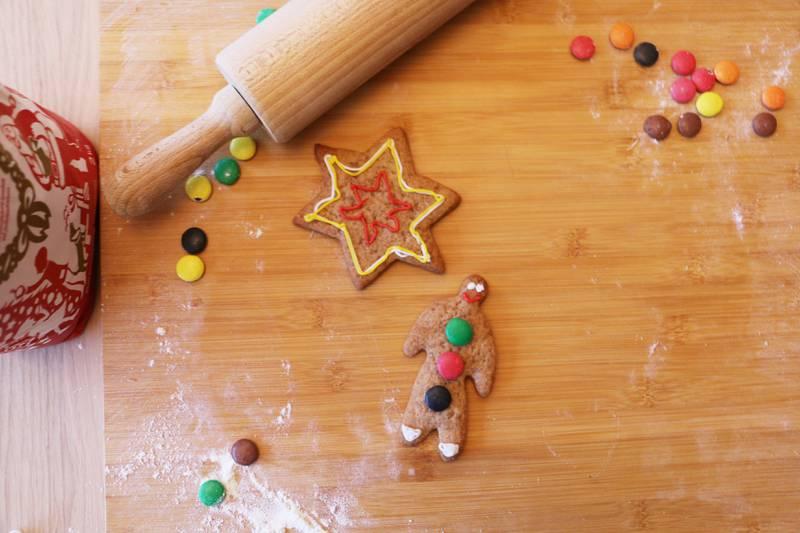 Bildet viser pepperkaker som baker på en fjøl.