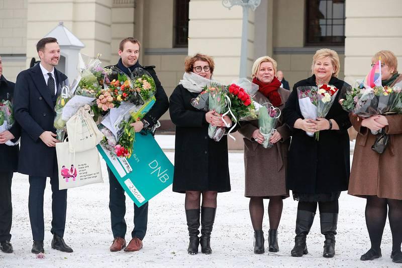 Bildet viser Dag Inge Ulstein, Kjell Ingolf Ropstad, Olaug V. Bollestad, Siv Jensen, Erna Solberg og Trine Skei Grande. Alle sammen fikk blomster da den nye regjeringen ble vist fram tirsdag.
