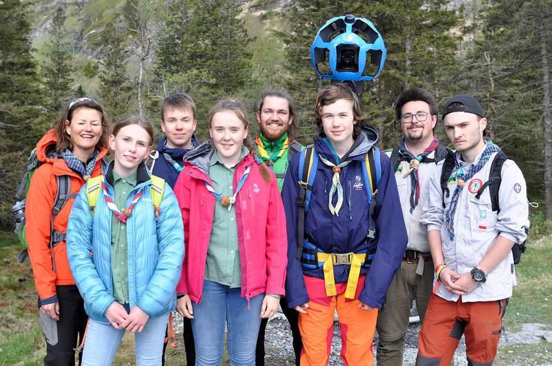 Bildet viser åtte speidere som står med det store kameraet som skal ta bilder av stier.