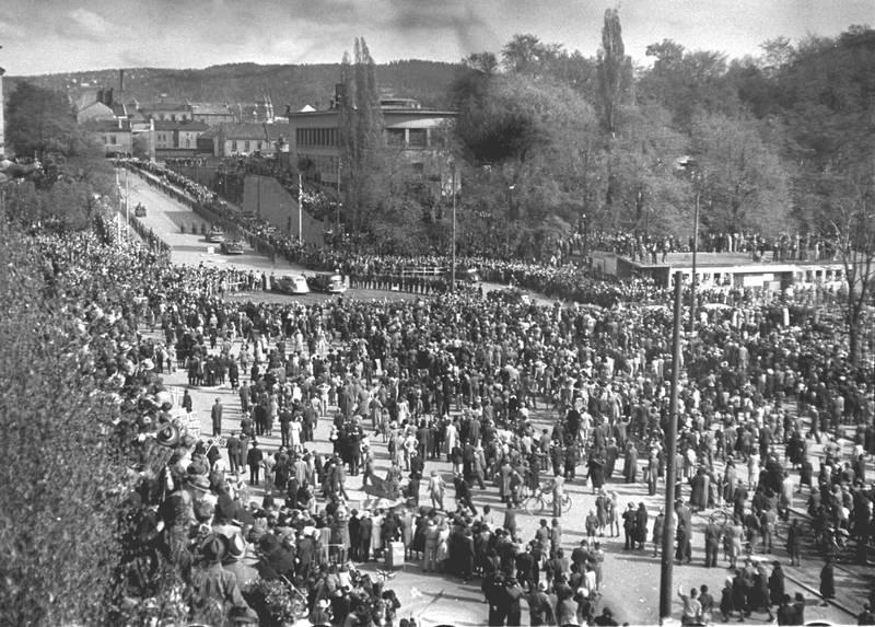 Oslo 19450513. Frigjøringen: Kronprins Olav får en varm velkomst da han kommer  tilbake til Norge etter krigen. Han ble møtt av store folkemengder på Rådhusplassen ved ankomsten. Norske flagg. NTB arkivfoto / SCANPIX