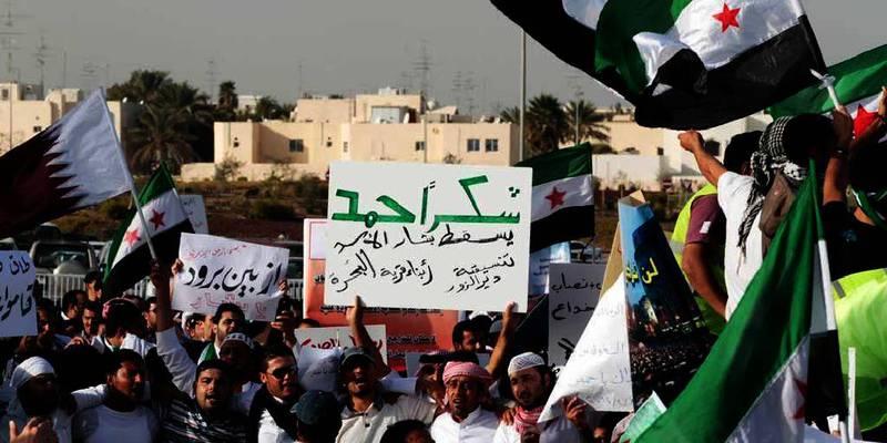 Bildet viser folk som demonstrerer i Syria.