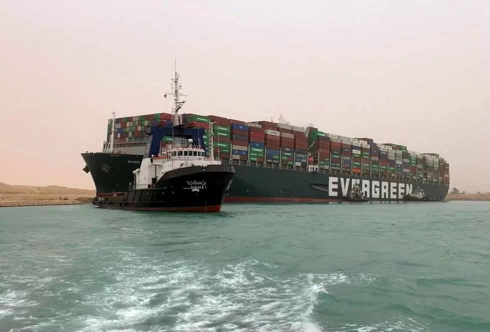 Bildet er av lasteskipet Ever Given. Det står Evergreen på siden av skipet. Det er navnet på selskapet som er eier. Skipet sitter fast på tvers i Suez-kanalen.