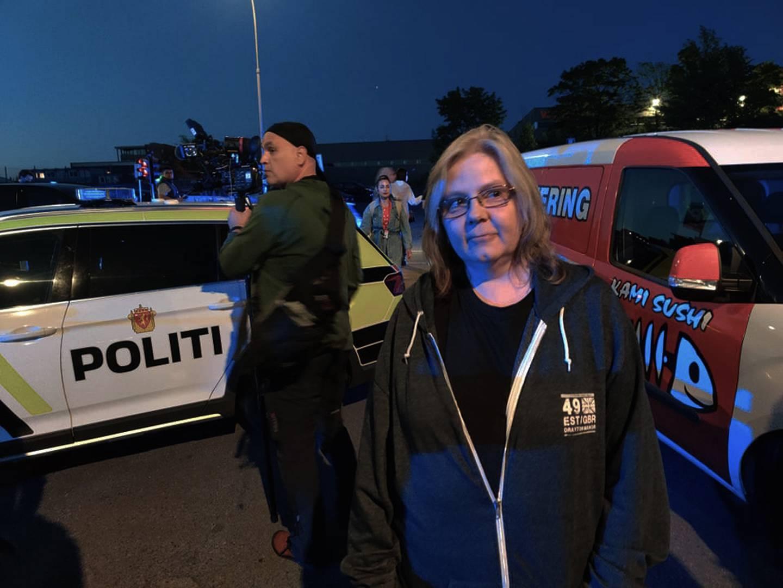 Monica Govenius er midt i bildet. Politibiler står rundt.