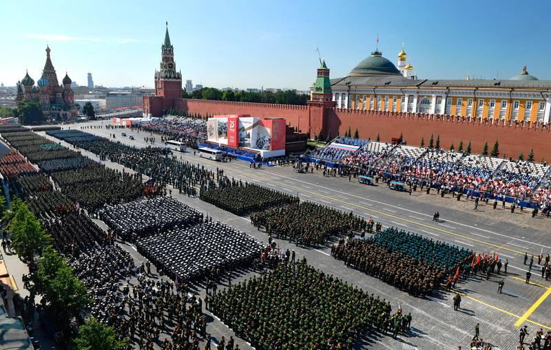 Bildet viser de mange tusen soldatene som deltok i markeringen av at det er 75 år siden krigen var over for Russland.
