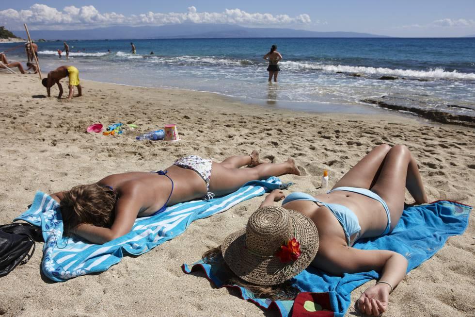 SOLING: Hovedårsaken til hudkreft er UV-stråling fra sol eller solarium. Derfor bør man bruke solkrem og begrense antall timer i sola. Foto: Kerstin Mertens / NTB